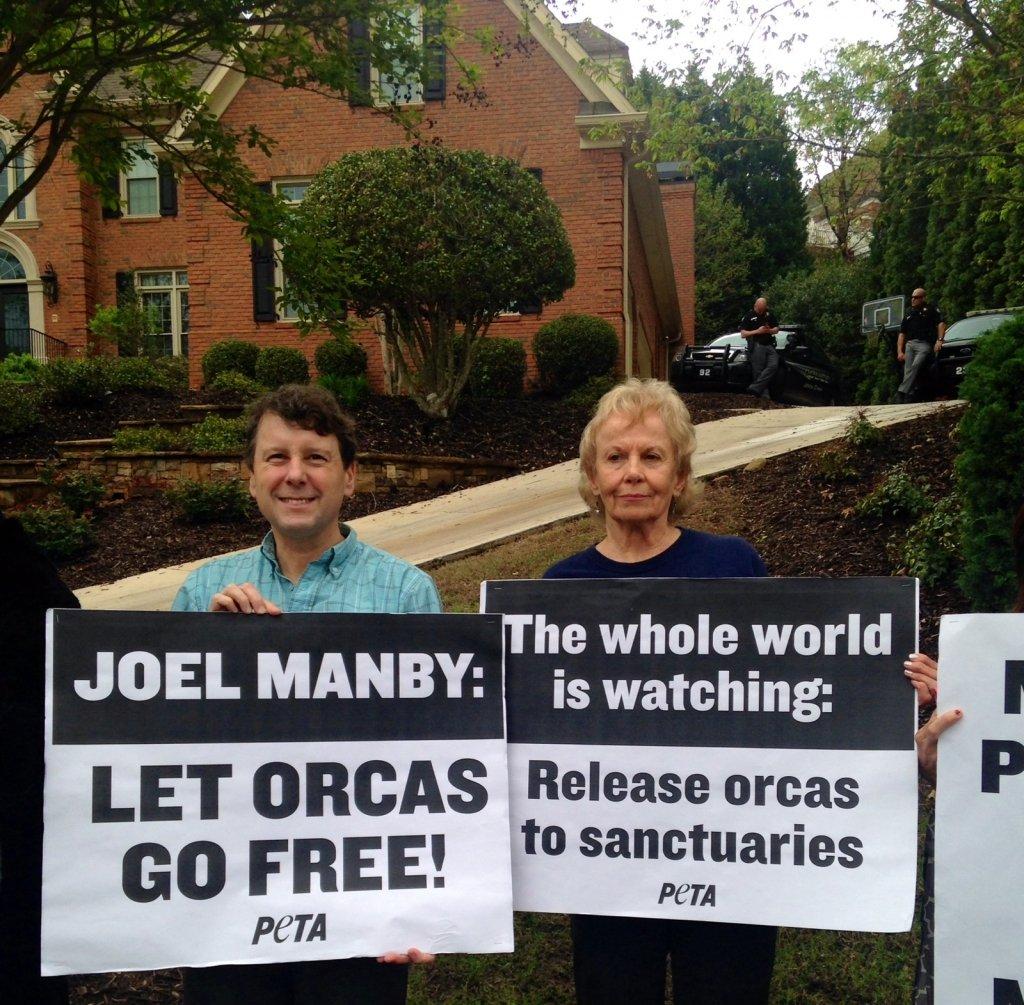 SeaWorld Protesters at New CEO's Alpharetta Home